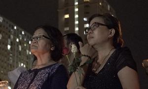 Hàng trăm người cầm hoa hồng cầu nguyện cho nạn nhân Carina