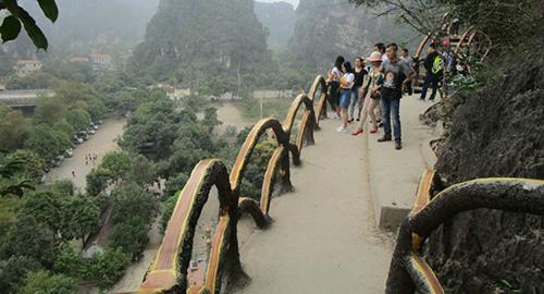 Con đường dài hơn 1km xuyên lõi di sản Tràng An cổ bị yêu cầu tháo dỡ. Ảnh: Lam Sơn.