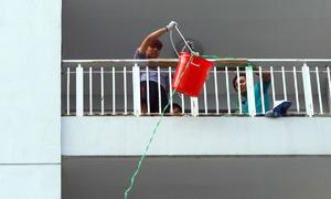 Cư dân Carina làm ròng rọc chuyển đồ khỏi căn hộ