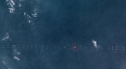 Tàu sân bay Liêu Ninh (khoanh đỏ) trong đội hình chiến hạm Trung Quốc.Ảnh:Planet Labs.