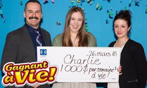 Charlie Lagarde (giữa) quyết định không lĩnh toàn bộ giải thưởng trong một lần mà lĩnh mỗi tuần 1.000 USD cho đến hết đời. Ảnh: BBC.
