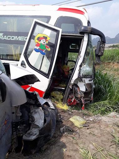 Phần đầuđầu của hai xe khách bị hư hỏng nặng. Ảnh: Kiên Gia