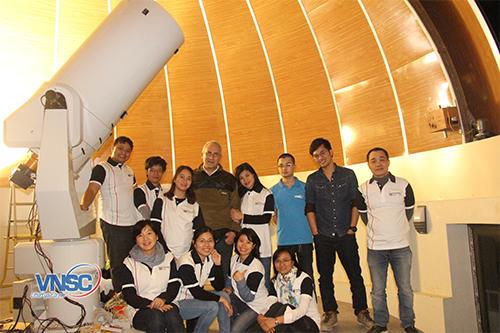 (Chú thích ảnh: Ảnh 1/ Vận hành và chụp ảnh với kính thiên văn tại Đài Thiên văn Hoà Lạc/Nguồn: Trung tâm Vũ Trụ Việt Nam)