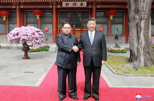 Nhà lãnh đạo Triều Tiên Kim Jong-un bắt tay với Chủ tịch Trung Quốc Tập Cận Bình tại Bắc Kinh. Ảnh: KCNA.