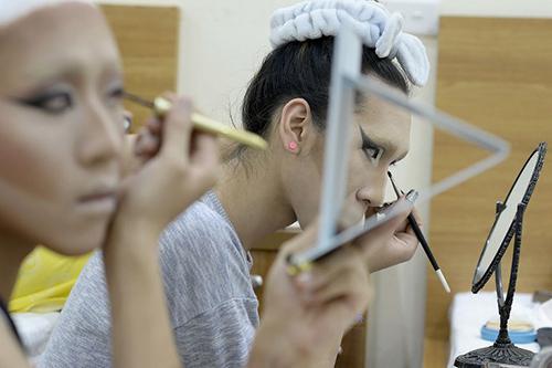 Thế giới nghệ sĩ giả gái ở Việt Nam qua lăng kính của hãng thông tấn Pháp - 2