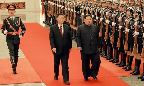 Chủ tịch Trung Quốc Tập Cận Binh và lãnh đạo Triều Tiên Kim Jong-un duyệt đội danh dự ở Bắc Kinh. Ảnh: KCNA.