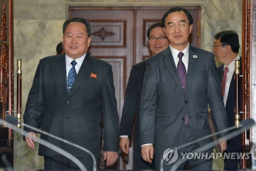 Unification Minister Cho Myoung-gyon (R), South Koreas chief delegate for high-level talks, and his North Korean counterpart Ri Son-gwon enter a conference room at the Tongilgak building on the northern side of the border village of Panmunjom on March 29, 2018. (pool photo) (Yonhap) Unification Minister Cho Myoung-gyon (R), South Koreas chief delegate for high-level talks, and his North Korean counterpart Ri Son-gwon enter a conference room at the Tongilgak building on the northern side of the border village of Panmunjom on March 29, 2018. (pool photo) (Yonhap)