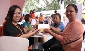 Hàng trăm người xếp hàng săn vé máy bay giá rẻ tại Hà Nội