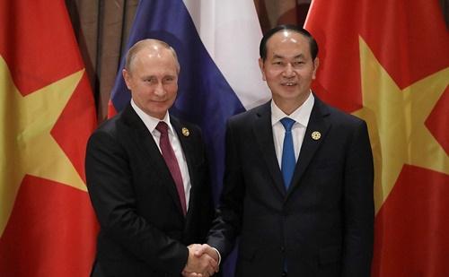 Chủ tịch nước Trần Đại Quang bắt tay Tổng thống Nga Putin bên lề hội nghị APEC tại Đà Nẵng hồi năm ngoái. Ảnh: en.kremlin.ru.