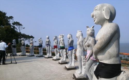Bộ tượng 12 con giáp khỏa thân mình người- đầu thú đặt tại khu du lịch Hòn Dáu Resort, Đồ Sơn (Hải Phòng) đang gây nhiều ý kiến trái chiều. Ảnh: Giang Chinh