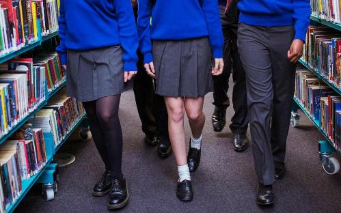 Nạn chụp lén ảnh từ dưới váy khiến nữ sinh Anh phải thay đổi thói quen ăn mặc để bảo vệ mình. Ảnh: Alamy