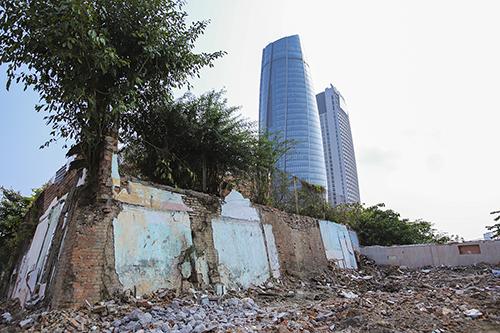 80 hộ dân xây nhà ngay tường thành phía tây của Thành Điện Hải, sau khi giải tỏa nơi đây đang rất nhếch nhác. Ảnh: Nguyễn Đông.