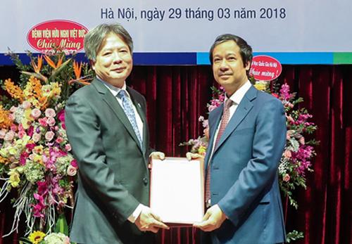Giáo sư Trần Bình Giang (trái) được Giám đốc Đại học Quốc gia Hà Nội Nguyễn Kim Sơn trao quyết định bổ nhiệm Phó khoa Y Dược.