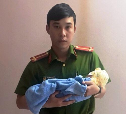 Phát hiện bé gái sơ sinh bên đường, hai phụ nữ đã bế cháu đến Công an phường Hải Yên trình báo. Ảnh: Quảng Khải
