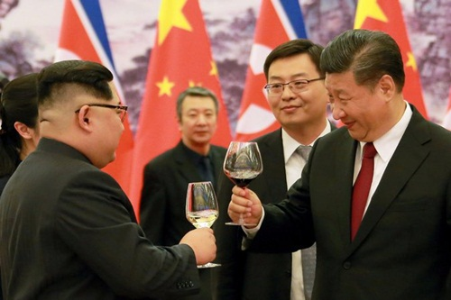 Hình ảnh ông Tập nâng ly cùng ông Kim xuất hiện trên truyền thông Triều Tiên nhưng lại không được Trung Quốc đăng tải. Ảnh: KCNA.