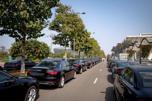 70 ôtô gồm 35 chiếc A4 và A5 Sportback, 35 chiếc A6 phục vụ việc đi lại của hội nghị.