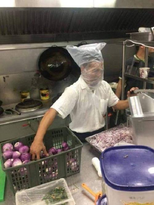 Mũ bảo hộ khi cắt hành.