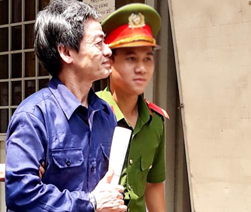 Bị cáo Phong vẻ mệt mỏi khi ra tòa. Ảnh: Hải Duyên.