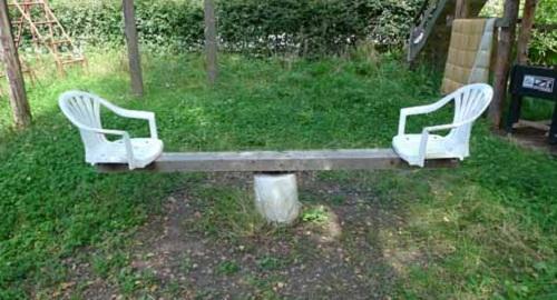 Bập bênh ghế dựa.