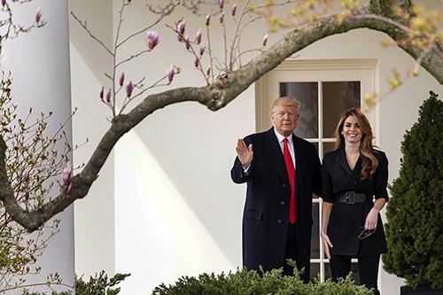 Tổng thống Trump và Hope Hicks tạm biệt nhau trước khi cô rời khỏi Nhà Trắng. Ảnh: AP