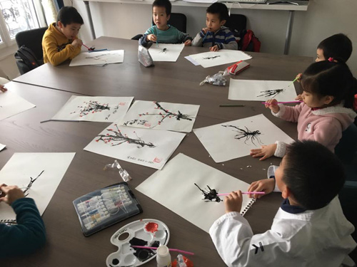 Nhóm Cánh Diều học vẽ cây đào nhân dịp Tết Mậu Tuất 2018. Ảnh: Hoàng Phương.