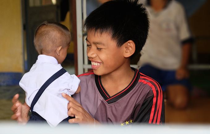 Niềm hạnh phúc được đến trường của cậu bé tý hon