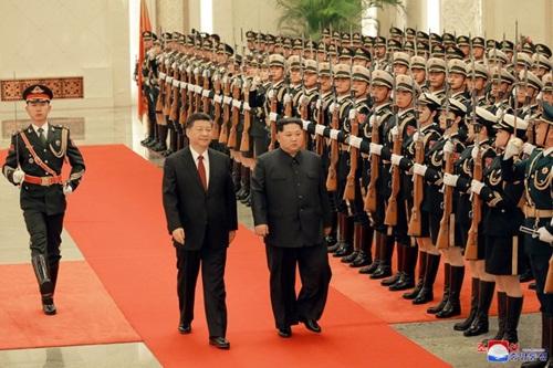 Chủ tịch Trung Quốc Tập Cận Bình và lãnh đạo Triều Tiên Kim Jong-un trong lễ đón ở Bắc Kinh. Ảnh: KCNA.