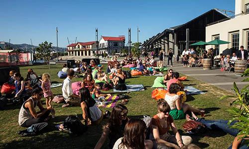 Người dân thư giãn gần cảngWellington, New Zealand. Ảnh: Guardian.