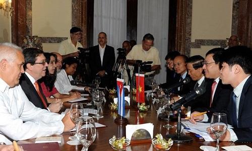 Phó Thủ tướng, Bộ trưởng Bộ Ngoại giao Phạm Bình Minh hội đàm với Bộ trưởng Ngoại giao Cuba Bruno Rodriguez. Ảnh: TTXVN