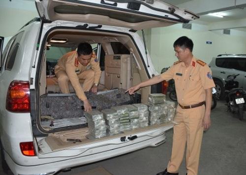 Chiếc xe biển số Lào được chế các khoang bên trong để giấu ma túy. Ảnh: M.C