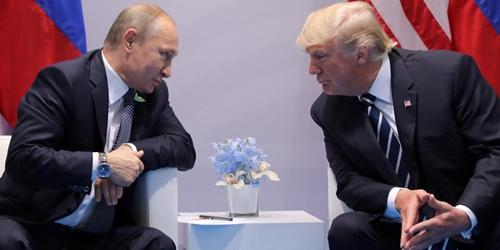 Tổng thống Nga Putin (trái) và Tổng thống Mỹ Trump gặp nhau tại Đức năm 2017. Ảnh: Reuters.