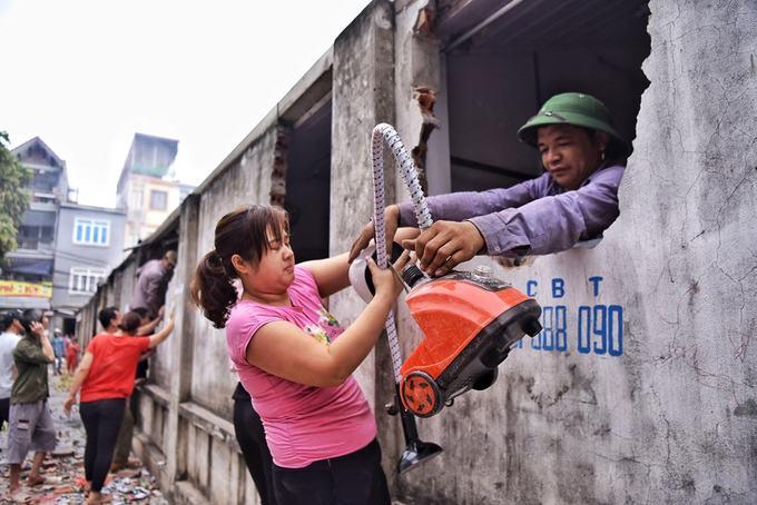 Tiểu thương đập tường để nhặt nhạnh hàng hoá trong khu chợ cháy