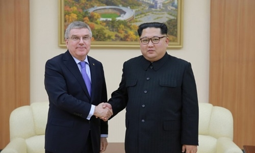 Chủ tịch Ủy ban Olympic Quốc tế Thomas Bach bắt tay lãnh đạo Triều Tiên Kim Jong-un. Ảnh: KCNA.