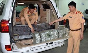 3 khoang kín chứa 100 bánh heroin trong chiếc ôtô biển số Lào