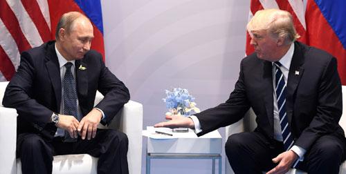 Tổng thống Mỹ Trump (phải) và Tổng thống Nga Putin trong cuộc gặp năm 2017. Ảnh: AFP.