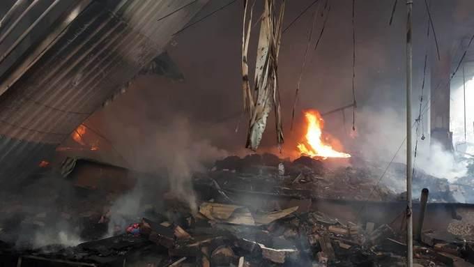 Hàng chục quầy hàng trong khu chợ ở Hà Nội bị thiêu rụi