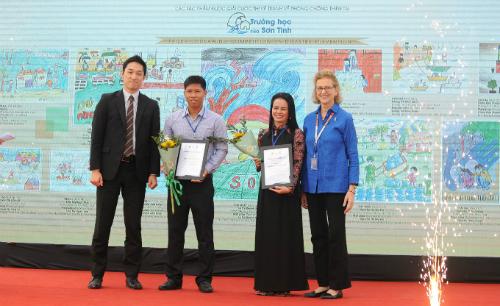 Ban tổ chức trao giải thưởng cho đại diện hai trường có học sinh đạt giải. Ảnh: BTC