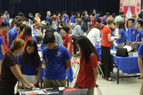 Học sinh trường quốc tế TAS tìm hiểu thông tin tại Ngày hội các trường cao đẳng - đại học Hoa kỳ.