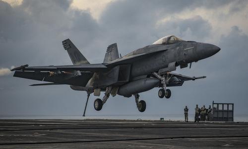 Tiêm kích Super Hornet hạ cánh trong cuộc thử nghiệm. Ảnh: US Navy.