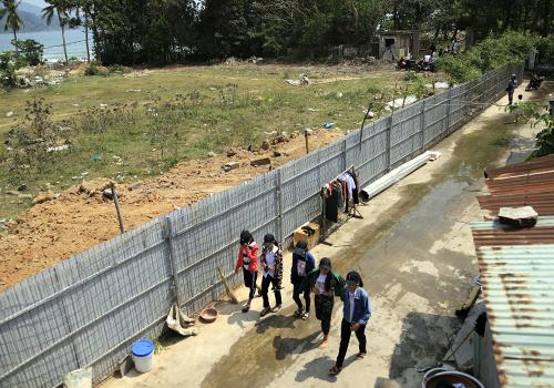 Hàng rào bịt kín sân bóng do người dân xây dựng đang được tháo dỡ. Ảnh: Nguyễn Đông.
