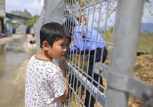Người dân địa phương nhìn về phía biển khi hàng rào tôn được tháo dỡ. Ảnh: Nguyễn Đông.