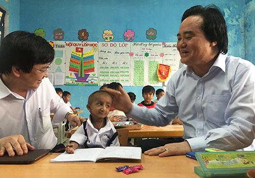 Bộ trưởng Phùng Xuân Nhạ nói chuyện với Đinh Văn KRể.