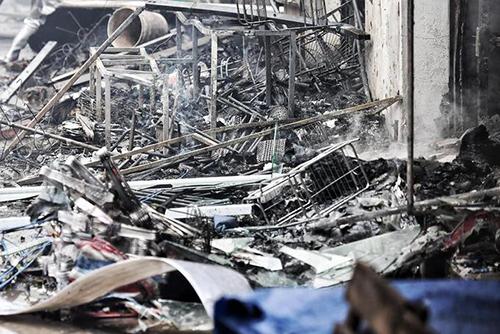 Đám cháy ở chợ Quang thiêu rụi nhiều gian hàng. Ảnh: Giang Huy.