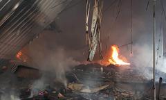 Khu chợ hơn 1000 m2 ở Hà Nội bốc cháy dữ dội