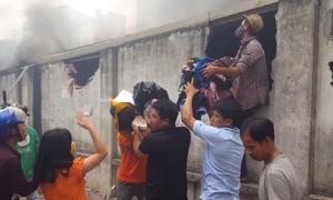 Tiểu thương đập tường cứu tài sản khi lửa thiêu rụi chợ rộng hơn 1.000 m2