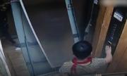 Bé trai Trung Quốc một chân đạp bay cửa thang máy