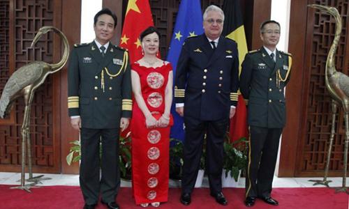 Hoàng tử Laurent (thứ hai, phải sang) tham gia sự kiện ở đại sứ quán Trung Quốc tại Brussels. Ảnh: Twitter.