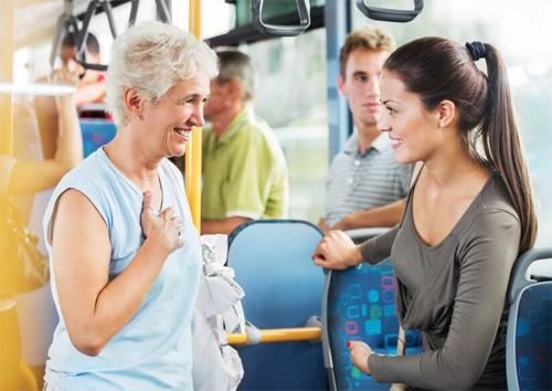 Khi đi xe buýt, các bạn trẻ cần nhường chỗ cho người lớn tuổi.