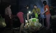 Tiểu thương chợ Quang dò dẫm tìm đồ sót sau vụ cháy
