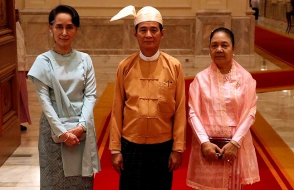 Ông U Win Myint, tân tổng thống Myanmar (giữa) và bà Aung Sann Suu Kyi (trái). Ảnh: Xinhua.
